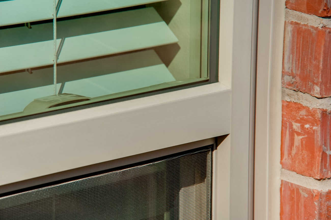 brennan-traditions-single-hung-vinyl-window-closeup
