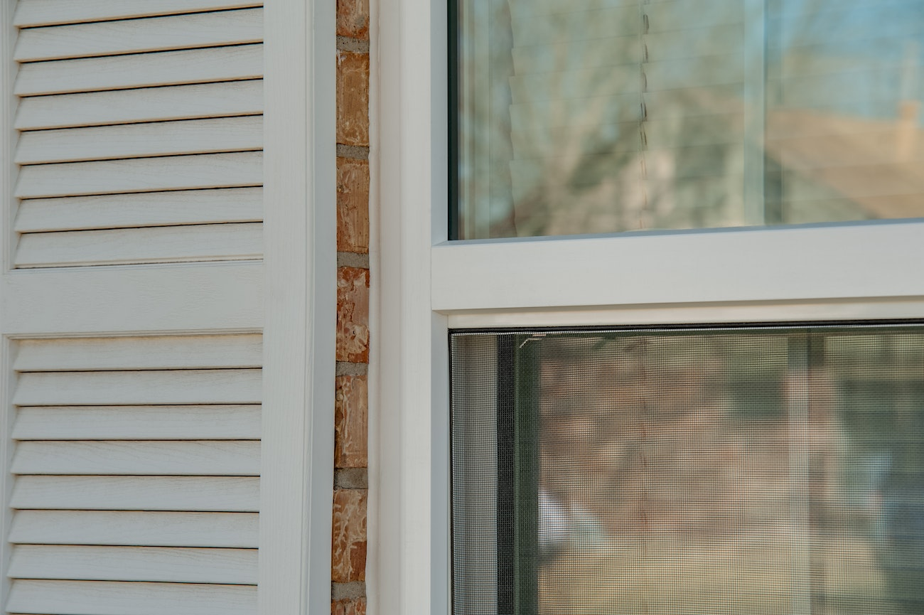 brennan-traditions-single-hung-windows-with-shutters