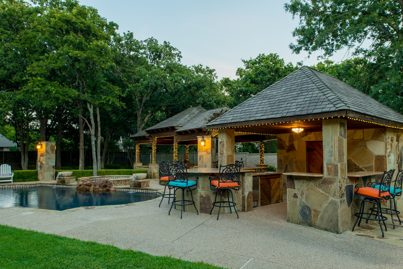 brennan-traditions-patio-and-pool-with-bar