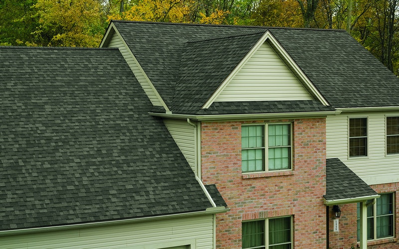 Home with Owens Corning Oakridge shingles in Driftwood.